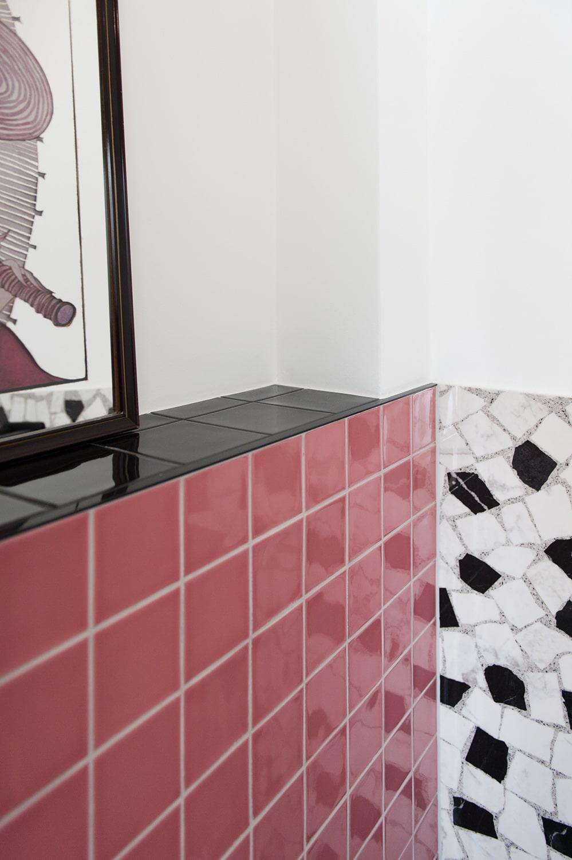 Sanierter Wandspiegel mit Mosaikfliesen