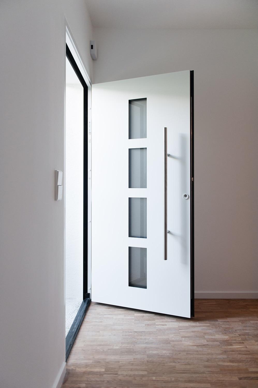 geöffnete Eingangstuere Einfamilienhaus