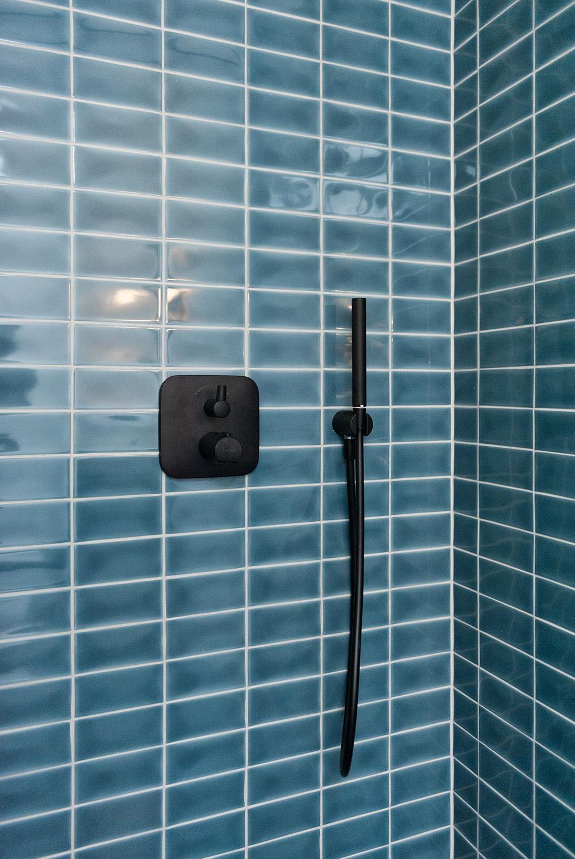 große Duschkabine mit blauen Fliesen