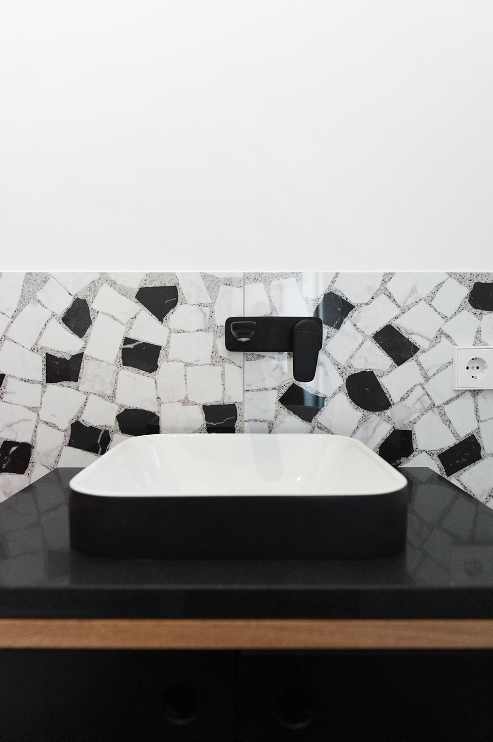 Saniertes Badezimmer mit Waschtisch